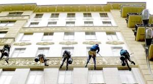 Очистка фасада на высоте
